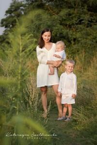 Sesja matki z dzieckiem w plenerze. Zdjęcie wykonał fotograf dziecięcy w krakowie