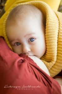 Fotografia niemowlecia z mamą. Karmienie piersią w plenerze.Sesja fotograficzna w Krakowie